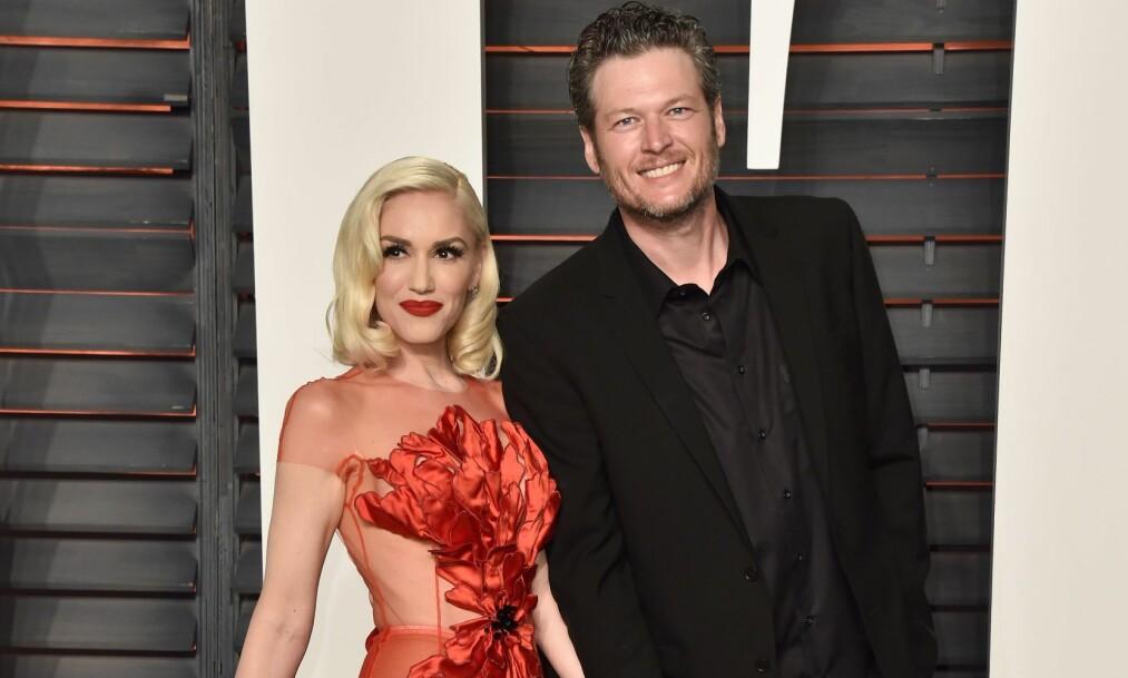 IKKE SÅ SEXY?: Kjæresten Gwen Stefani (t.v.) har oppfordret ham til å omfavne tittelen som «verdens mest sexy mann», men Blake Shelton selv er mer avmålt til det hele. Foto: Getty Images/AFP/ NTB scanpix