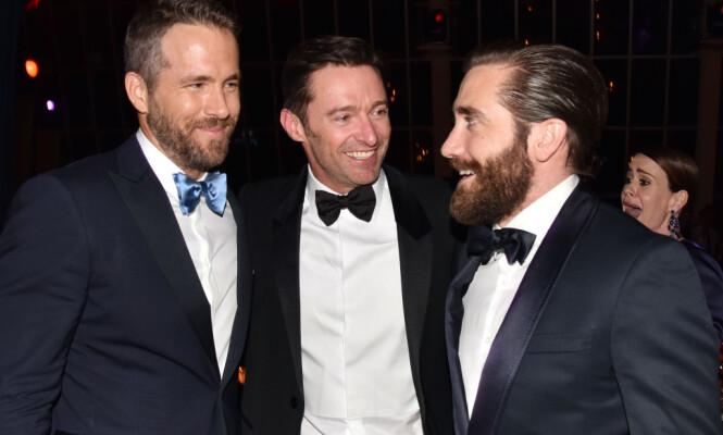 GOD TONE: Ryan Reynolds og Hugh Jackman, her avbildet sammen med Jake Gyllenhaal (ytterst t.h.) på MET-gallaen i mai. Gyllenhaal har, i motsetning til de to andre, ikke tronet øverst på People-kåringen ennå. Foto: Andrew H. Walker/REX/Shutterstock/ NTB scanpix