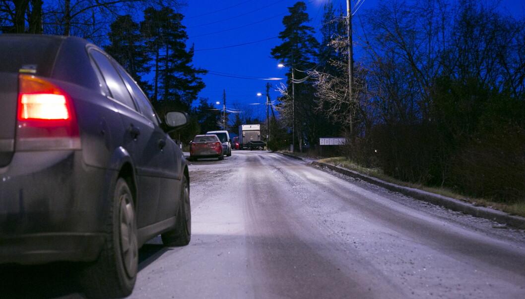 <strong>KJØR FORSIKTIG:</strong> Etter noen dager med kulde, kan regnet som faller i Telemark og på Østlandet fryse og føre til glatte veier natt til fredag, advarer Meteorologisk institutt. Foto: Henrik Skolt / NTB scanpix