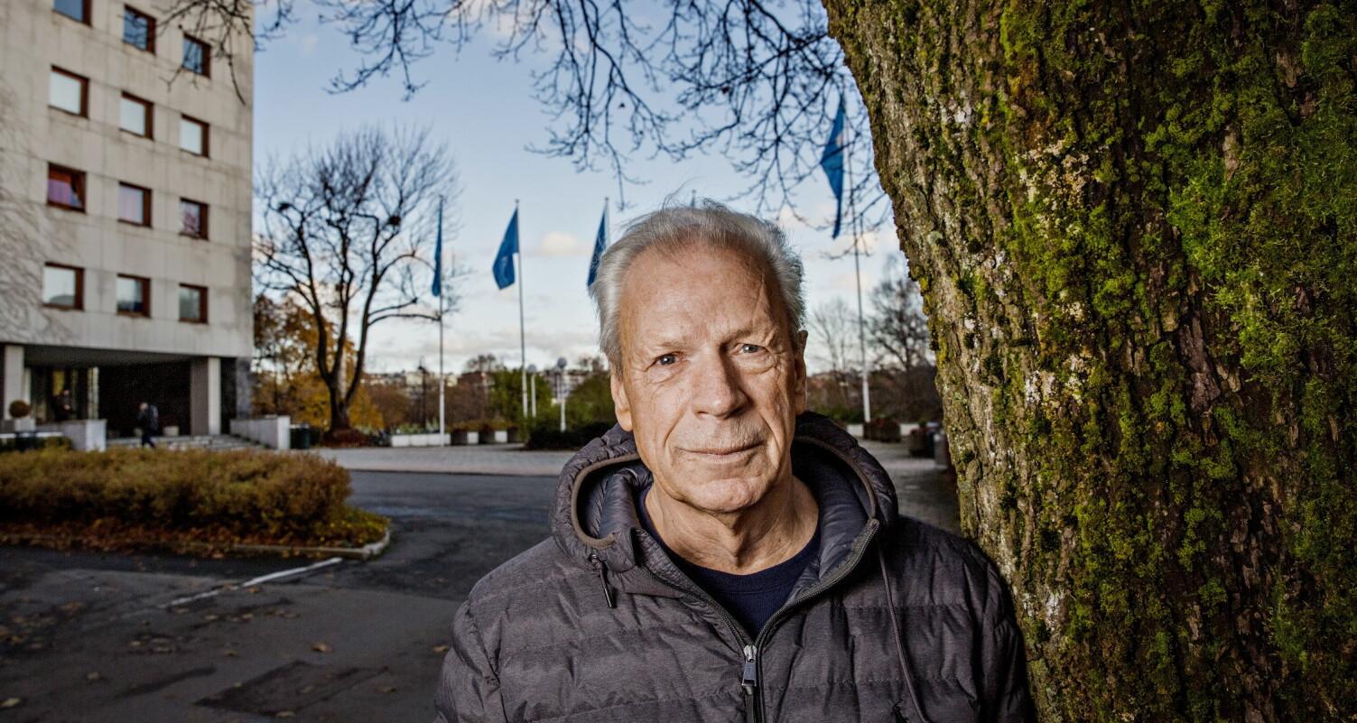 AKTUELL: - Jeg har alltid hatt et øye for makt og gode historier. Opp gjennom åra har jeg samlet på disse historiene. Da jeg slutta i NRK, ville jeg skrive, sier Viggo Johansen, som har skrevet bok om Dagsrevyen. Foto: Jørn H. Moen