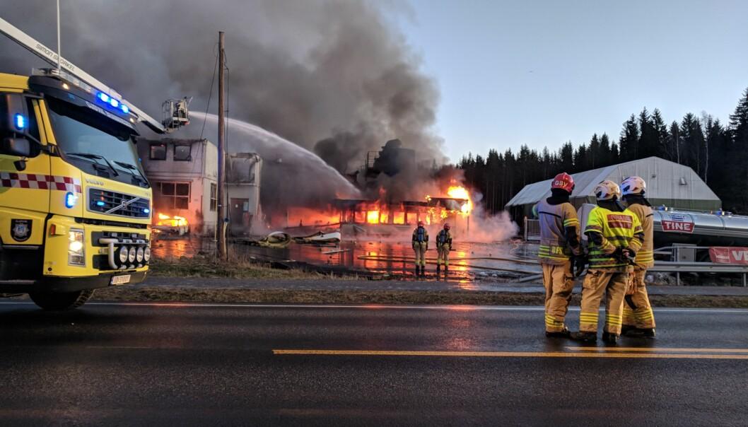 BRANN: To personer er fortsatt savnet etter at det fredag morgen brøt ut brann hos Metallco på Eina. Foto: Marit Mathisen/ Totens Blad / NTB scanpix