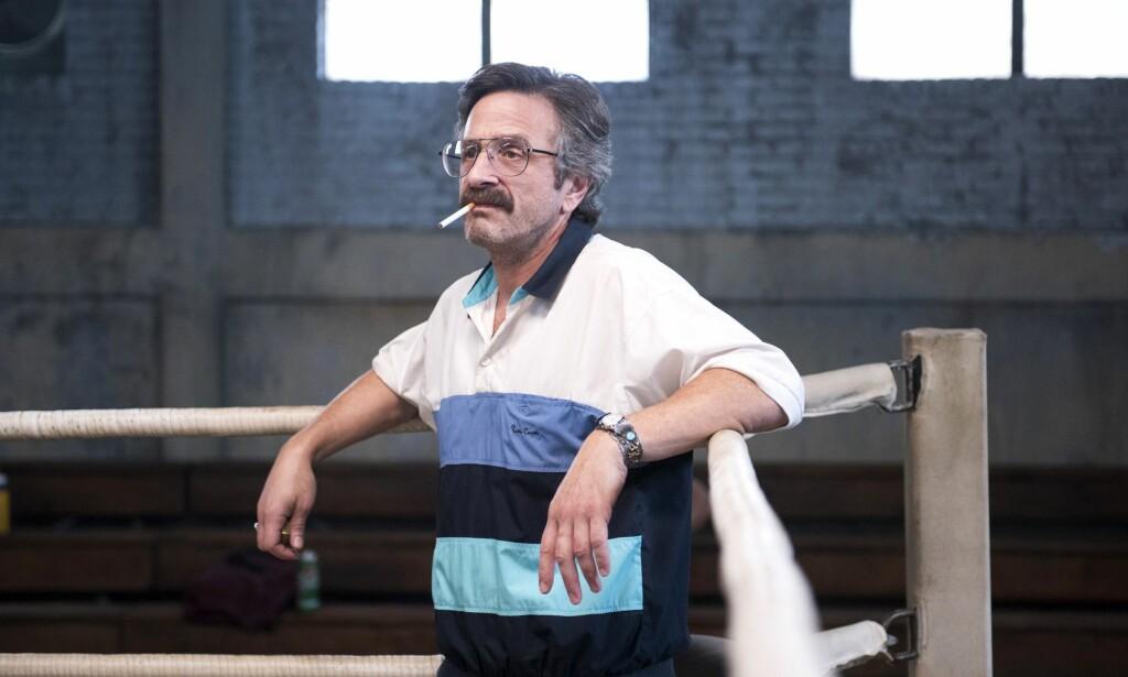 TRENER: Komiker Marc Maron spiller wrestling-treneren Sam Sylvia i Netflix-serien «GLOW». - Jeg var lik Sam for 20 år siden. Jeg var mer selvsentrert, mindre selvbevisst og mer sinna. Jeg har vokst meg ut av det. Jeg har kommet meg gjennom Sam-perioden, sier Marc Maron. Foto: Erica Parise / Netflix