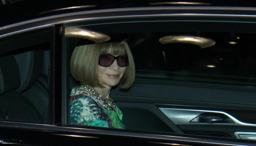 I GODT HUMØR: Vogue-redaktør Anna Wintour var lett gjenkjennelig med sin velkjente bobfrisyre og store solbriller. Foto: Splash News/ NTB scanpix