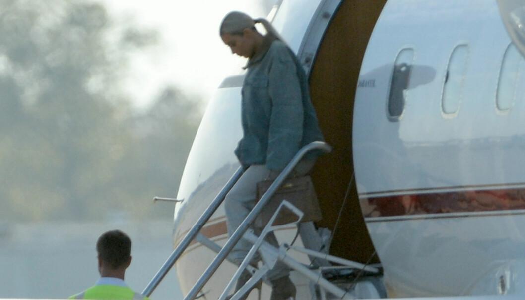 KOM I PRIVATFLY: Reality-stjernen Kim Kardashian ankom New Orleans i privatfly før det stjernespekkede bryllupet. Foto: Splash News/ NTB scanpix