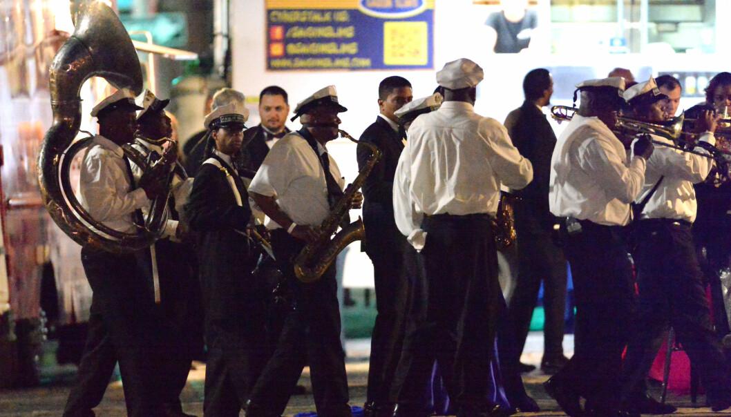 FESTLIG STEMNING: De celebre gjestene koste seg med live musikk ute i New Orleans' gater torsdag kveld. Foto: Splash News/ NTB scanpix