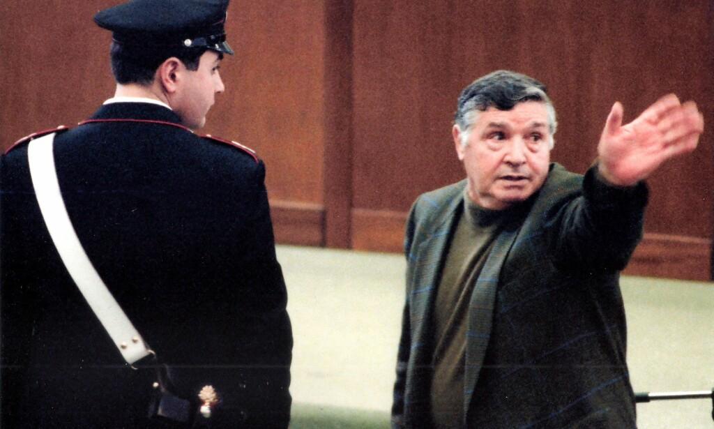 DØD: Cosa Nostra-sjefen Salvatore «Toto» Riina, døde natt til fredag. Her er han avbildet i rettssaken som fengslet ham livet ut. Foto: AFP/NTB Scanpix
