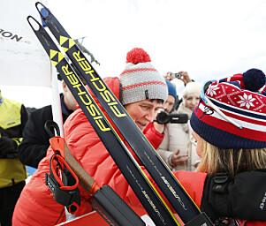 GOD KLEM: Therese får støtte av mamma Gro etter å ha kjempet seg opp «Monsterbakken» under Tour de Ski i 2016. Foto: NTB Scanpix