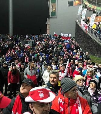 <strong>STOR INTERESSE:</strong> Det polske publikum møtte trofast opp i hoppbakken i Wisla fredag kveld. Foto: Tore Ulrik Bratland