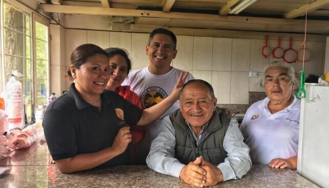 FAMILIEBEDRIFT: Det som begynte som et forsøk på å få besøk av barnebarna, har utviklet seg til å bli en familiebedrift for vulkanvokteren Carlos Sanches. Foto: Eliot Stein