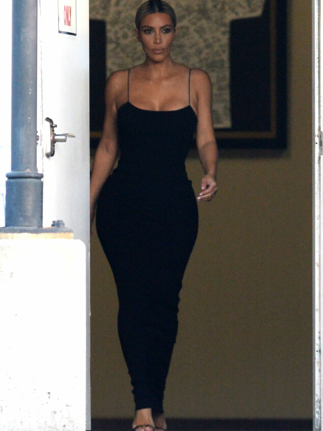I HELSORT: Ifølge Splash News skiftet Kim Kardashian til en sort, fotsid kjole i en privat lounge på flyplassen i New Orleans på vei til vielsen. Foto: Splash News/ NTB scanpix