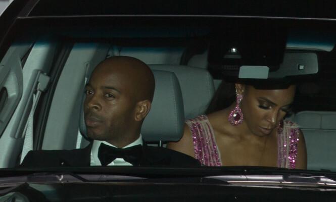 GLAMORØS: Kelly Rowland (bak t.h.) ankom bryllupet sammen med ektemannen Tim Witherspoon. Foto: Splash News/ NTB scanpix