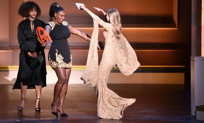 HEDRET VENNINNEN: Det ble et rørende øyeblikk da Serena Williams overakk årets Glamour Woman pris til venninnen Gigi Hadid. Foto: NTB Scanpix