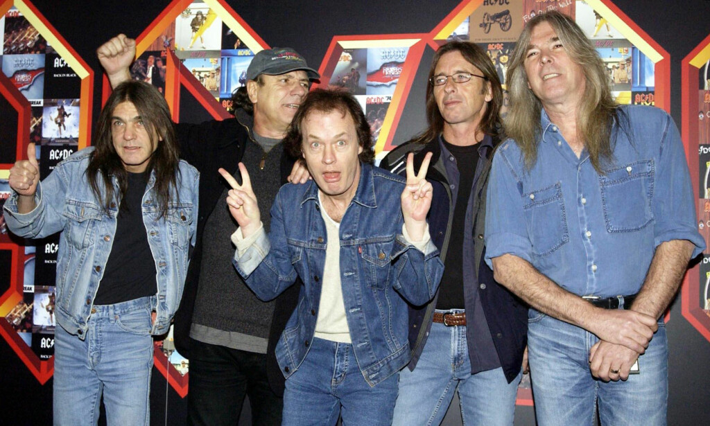AC/DC: Her poserer bandets medlemmer i London i 2003. Fra venstre: Malcolm Young, Brian Johnson, Angus Young, Phil Rudd og Cliff Williams. Foto: NTB Scanpix.