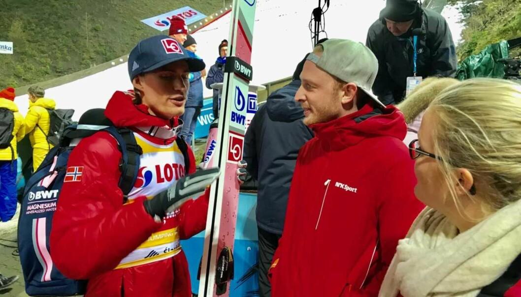 <strong>DEN LILLE FORSKJELLEN:</strong> Daniel-André Tande forklarer NRK-ekspert Johan Remen Evensen hva han gjorde forskjell fra fredag til lørdag. Til høyre NRK-kommentator Ingrid Sørli Glomnes. Foto: Tore Ulrik Bratland
