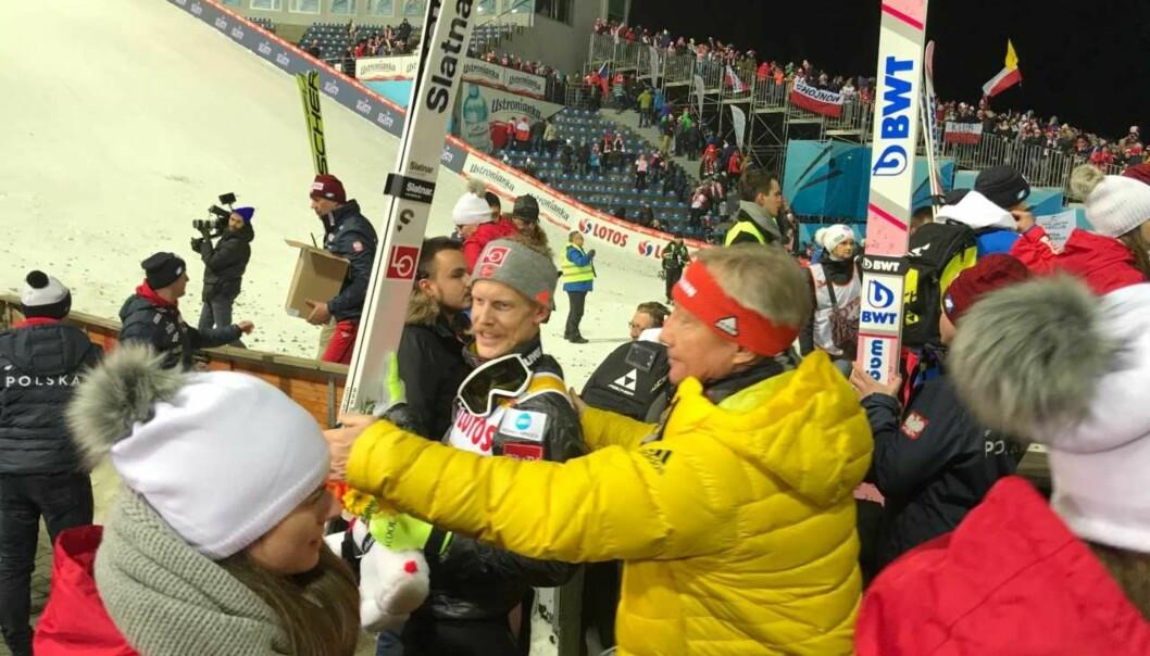 <strong>ETTERTRAKTET:</strong> Ankermann Robert Johansson blir geleidet bort til TV-kameraene av renndirektør Walter Hofer. Foto: Tore Ulrik Bratland