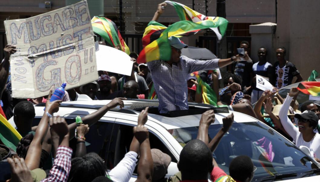 <strong>FRIHET:</strong> For første gang på flere år kan folket i Zimbabwe fritt demonstrere mot sittende president Robert Mugabe. Foto: Themba Hadebe