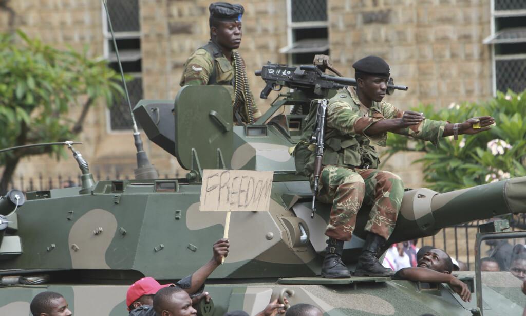 TRUES MED RIKSRETT: Selv om Robert Mugabe ble avsatt som partileder for ZANU-PF søndag, er han fortsatt president i Zimbabwe. Nå truer regjeringspartiet med å stille ham for riksrett om han ikke går av innen mandag klokka 12. Foto: AP Photo/Tsvangirayi Mukwazhi