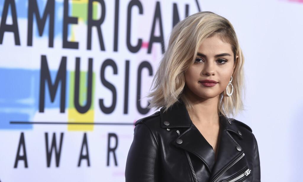 AMERICAN MUSIC AWARDS: Selena Gomez møtte opp på den røde løperen i ny look.