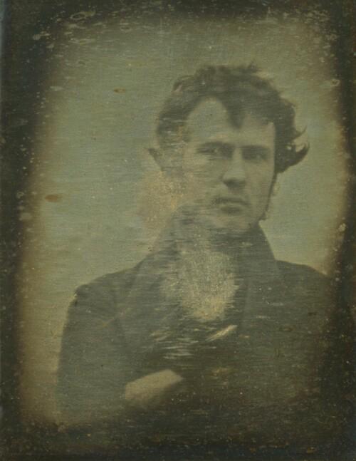 <strong>VERDENS FØRSTE:</strong> 30 år gamle Robert Cornelius står for verdens første selfie, tatt for over 160 år siden. Foto: Kongressbiblioteket