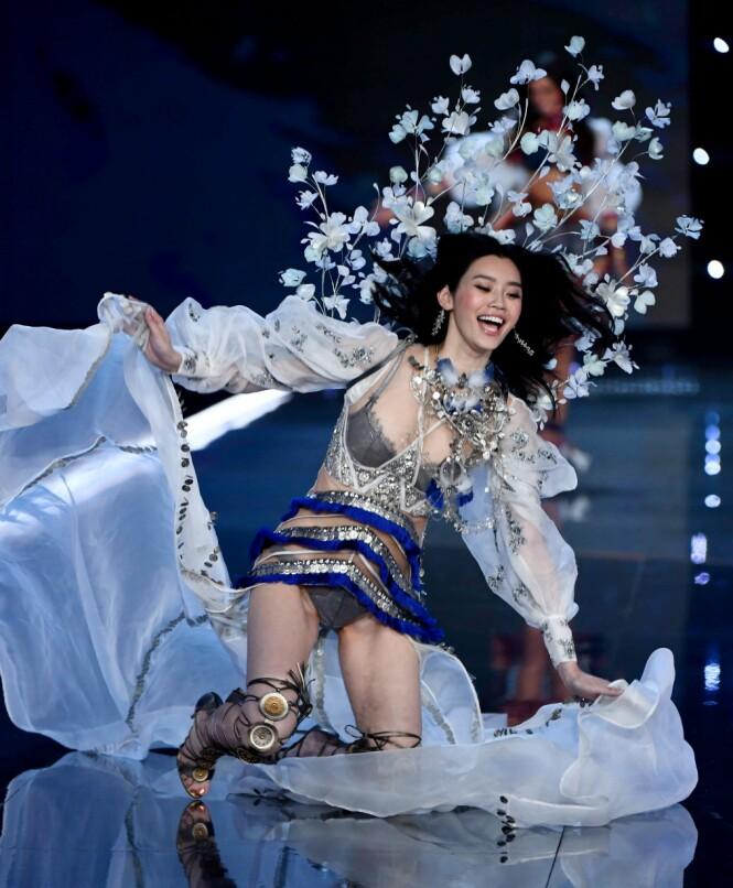 HER GÅR DET GALT: Modellen Ming Xi smilte til tross for fallet. Foto: NTB Scanpix