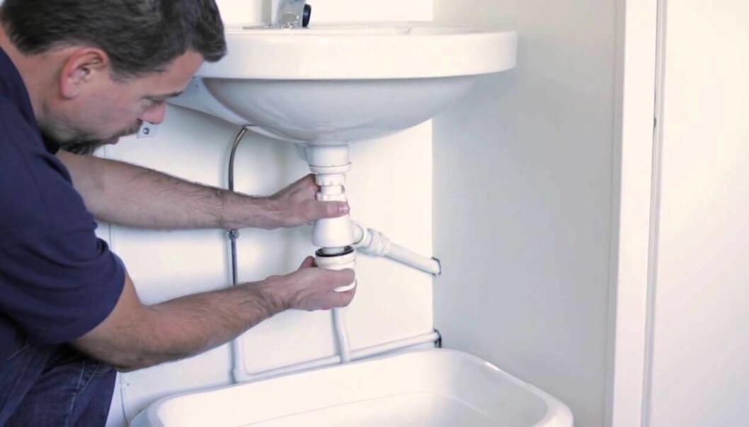 <strong>HUSK KOPPEN:</strong> Hår og annen skitt samler seg gjerne i vannlåsen under vasken. Rørleggere anbefaler å jobbe nedenfra og opp framfor å prøve å rense sluket fra bunnen av vasken. Foto: Skikkeligrørlegger.no