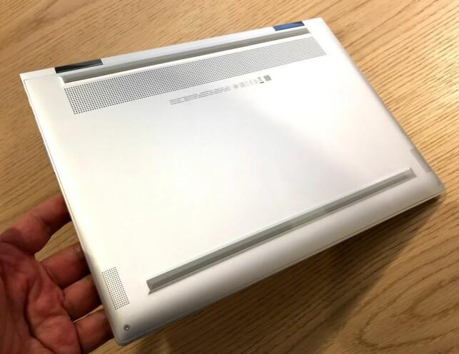 STORT LUFTINNTAK: Luften suges ut fra undersiden, og derfor bør du sørge for at det PC-en står på et hardt og flatt underlag når du bruker den. Foto: Bjørn Eirik Loftås