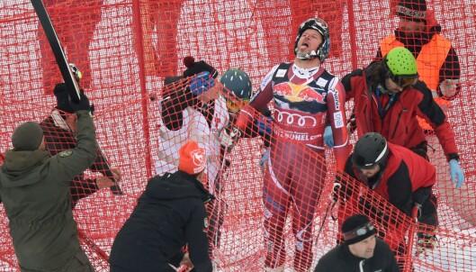 HER RØK DET: Selve fallet så ikke særlig pent ut, men Aksel Lund Svindal reiste seg rett opp på beina. Så viste det seg at både menisken og korsbåndet hadde røket. Foto: AFP / Christof STACHE