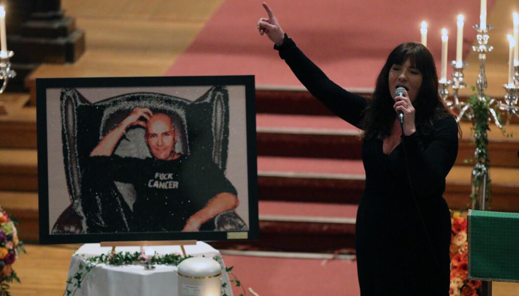 <strong>DIAMANTER:</strong> Børre Olsens har på seg en trøye med påskriften «Fuck Cancer» på bildet som er satt fram i kirka. Det er laget av tusenvis av små diamanter. Foto: Andreas Fadum
