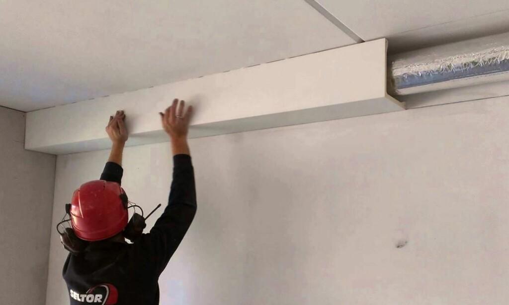 ÅPENT: Rør i inkassinger under tak eller langs vegg ser kanskje ikke så pent ut, men er lettere å hanskes med dersom noe skulle oppstå. Foto: Deco Systems AS