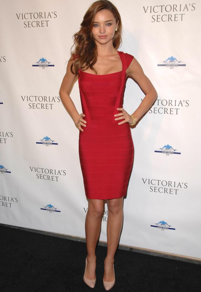 <strong>I BANDASJEKJOLEN:</strong> Supermodell Miranda Kerr avbildet i desember 2008 - etter at Max Azria relanserte den kjente kjolen. Foto: NTB scanpix