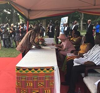 SIGNERTE BOK: Dronningen signerte i gjestebok under statsbesøkets første dag. Foto: Kongehuset