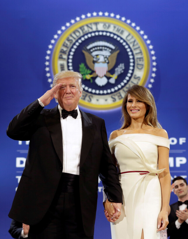 SPESIALDESIGNET: Til innsettelsesballet fikk Melania Trump den fransk-amerikanske designeren Hervé Pierre til å lage kjolen hennes. Business Insider slår fast at kjolen er uvurderlig. Foto: NTB scanpix