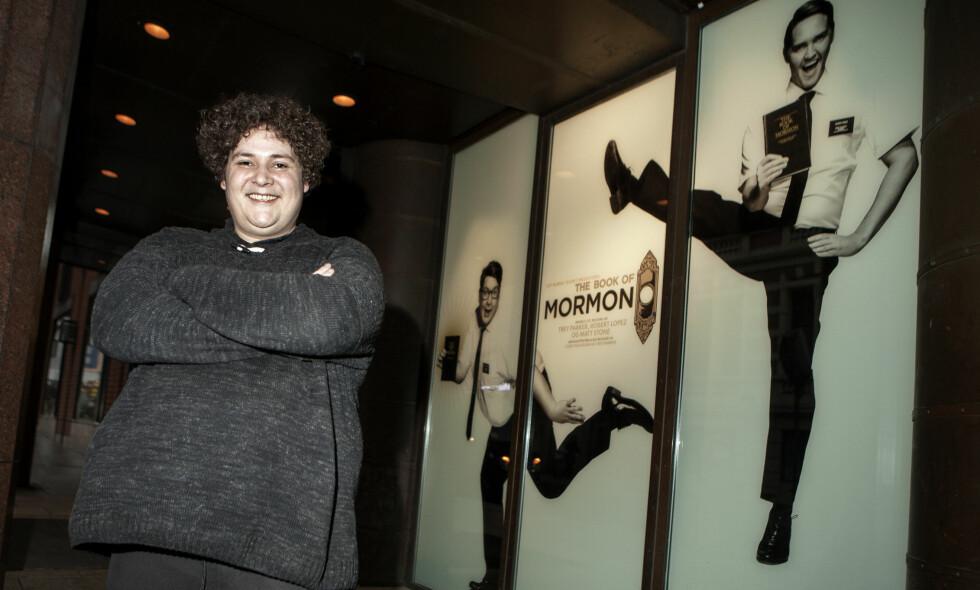 NY STJERNE: Skuespiller og sanger Kristoffer Olsen er glad i sofaen etter maratonkjøret som mormoner på Det Norske Teatret. - <thinspace>Det spruter svette av meg, krevende og veldig morsomt, sier kometskuespilleren.</thinspace> Foto: Anders Grønneberg