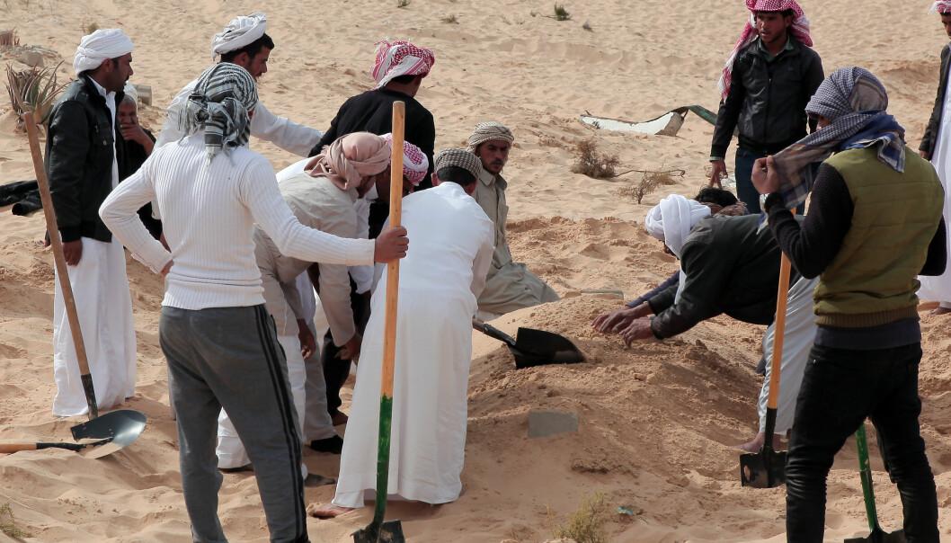 BEGRAVER SINE DØDE: Folk begraver et av ofrene etter angrepet på moskeen Bir al-Abed fredag. Antallet drepte er nå oppe i 305, inkluider 27 barn. 128 andre er skadet. (Xinhua/Ahmed Gomaa) FOTO: Xinhua/Sipa USA