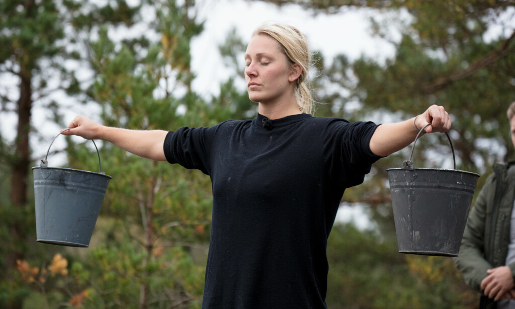 TUNGT: Karianne Amlie Wahlstrøm fikk problemer med venstre skulder under melkespann-duellen mot Eunike Hoksrød (39). Foto: Margrethe Miljeteig / TV 2