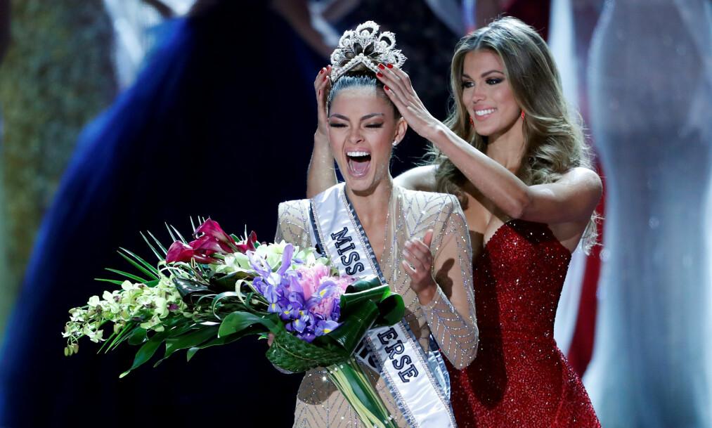 LYKKE: I natt kronet Iris Mittenaere, fjorårets vinner, Miss Sør-Afrika til årets Miss Universe i Las Vegas. Foto: AP Photo, NTB scanpix