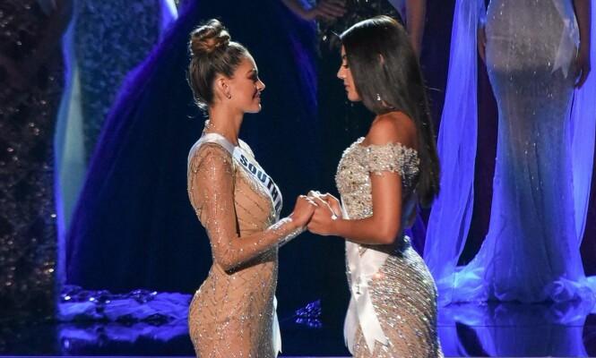 SPENTE: Her holder den blivende Miss Universe (t.v) hender med Miss Colombia, like før det ble annonsert at tittelen i år gikk til Sør-Afrika. Foto: NTB scanpix