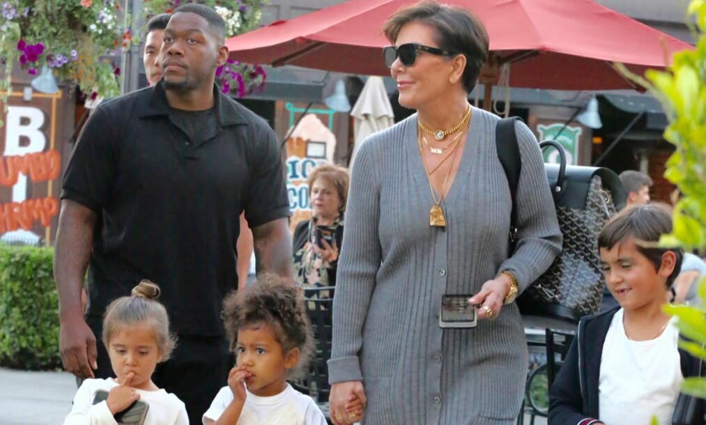 <p>LYKKELIG BESTEMOR: Kris Jenner er allerede barnebarn til seks, men nå venter det flere gleder for den berømte 62-åringen. Her sammen med barnebarna Penelope (t.v), North og Mason. Foto: NTB scanpix </p>