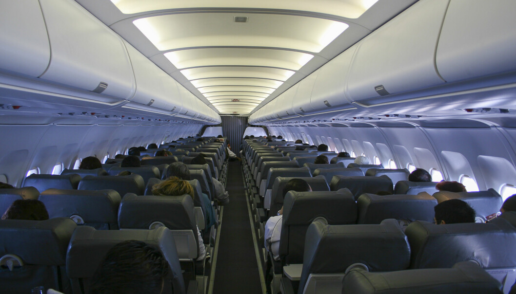 SLUKKER LYSET: Når det er mørkt ute dimmer de aller fleste flyselskapene lyset i kabinen i god tid før flyet skal lette eller lande. Årsaken er sikkerhet. Illustrasjonsfoto: Shutterstock / NTB Scanpix