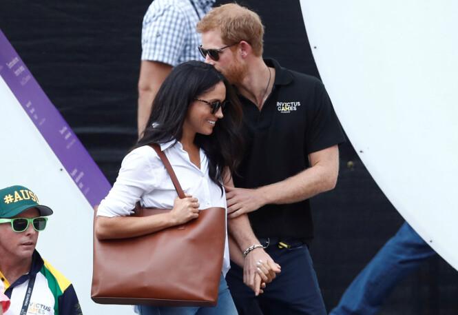 FORELSKA: Prins Harry og Meghan Markle klarte ikke å skjule kjærligheten da de viste seg offentlig sammen for aller første gang i september. To måneder senere ble forlovelsen annonsert via det britiske kongehuset. Foto: NTB Scanpix
