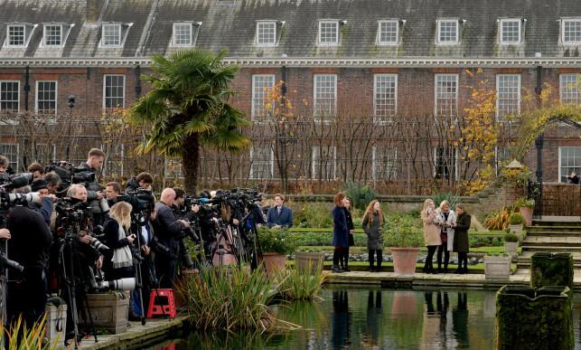 STINN BRAKKE: Et svært pressekorps hadde møtt opp for å få med seg det nyforlovede paret. Foto: NTB scanpix
