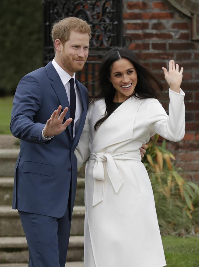 NYFORLOVEDE: Prins Harry og Meghan Markle så svært forelskede ut da de møtte pressen mandag. Foto: NTB scanpix