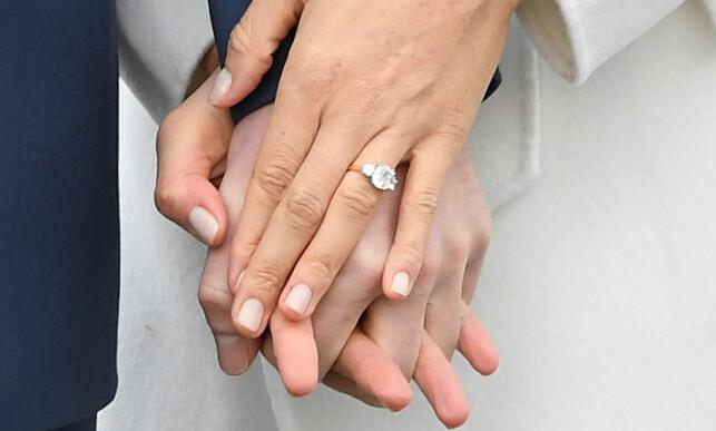 BLING: Prins Harry hedrer sin avdøde mor med forlovelsesringen. Den består av tre steiner - en fra Botswana og to fra Dianas personlige smykkesamling. Foto: NTB scanpix