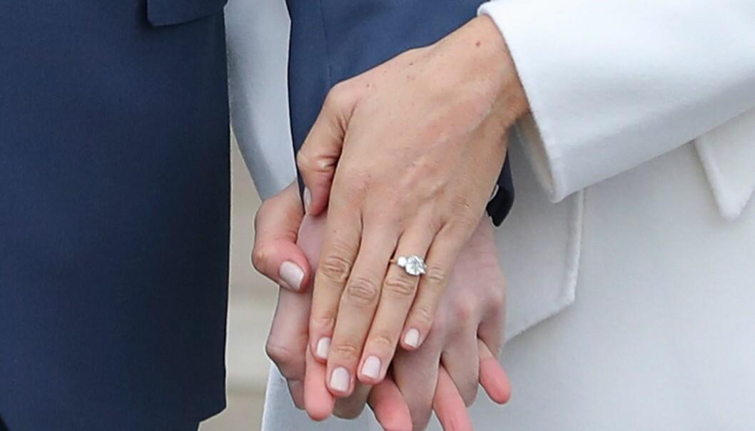 RINGEN: Ifølge den britiske kongehuseksperten Chris Chip skal ringen være laget av to av avdøde prinsesse Dianas diamanter og den tredje diamanten er fra Botswana - hvor paret nylig ferierte. Foto: NTB Scanpix