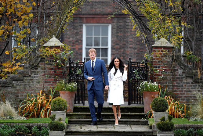 FORLOVET: Det lykkelige paret møtte pressen foran Kensington Palace 21. november. Foto: Scanpix