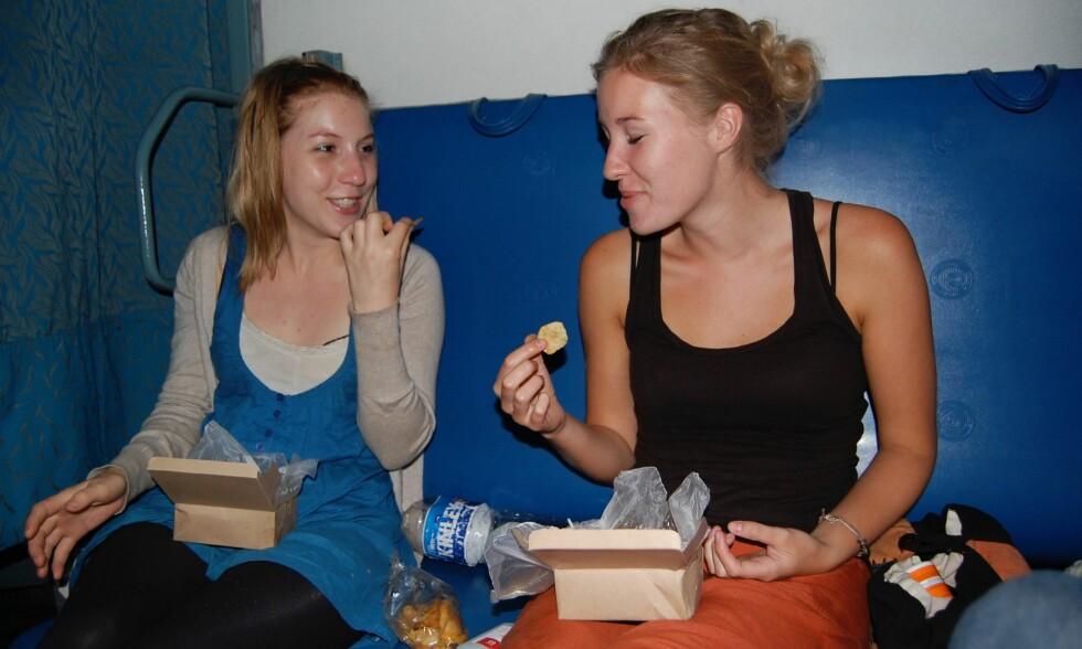 VENNINNER: Venninnen Annika Ohlsson (t.h.) lar seg intervjue i ny dokumentar om den avdøde journalisten Kim Wall, som ble partert og dumpet på havet etter at hun mistet livet ombord ubåten «Nautilus». Ohlsson og Wall reiste til India sammen i 2008. Foto: Annika Ohlsson / SVT