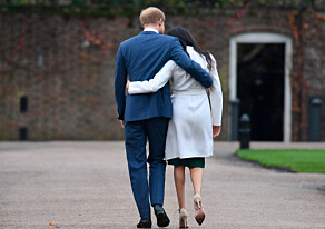 MØTTE PRESSEN: Prinsen og Markle holdt godt rundt hverandre etter å ha møtt pressen tidligere i dag. Foto: NTB Scanpix