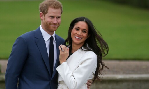 GODT HUMØR: Prins Harry og Meghan Markle smilte og lo da de møtte pressen. De to turtelduene så svært forelsket ut. Foto: AFP