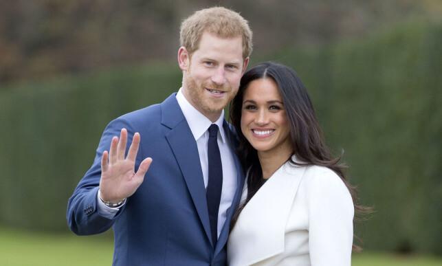 DE FØRSTE OFFISIELLE BILDENE: Prins Harry og Meghan Markle smilte om kapp da de viste seg sammen for pressen mandag ettermiddag. Foto: Rex / NTB Scanpix