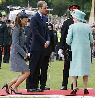 BALANSEKUNST: Hertuginne Kate neier for dronning Elizabeth i 2012. Foto: NTB Scanpix